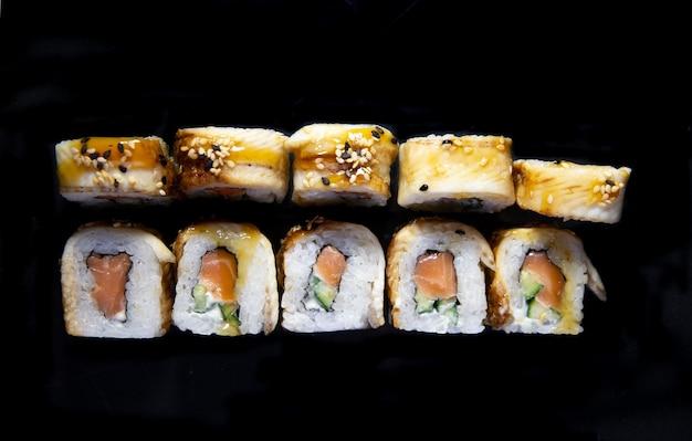 Foto für die speisekarte. japanische rollen draufsicht.