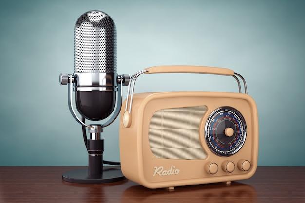 Foto im alten stil. retro-radio und vintage-mikrofon auf dem holztisch. 3d-rendering