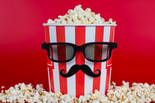 Foto in voller länge von einem, der wie ein menschliches leckeres, köstliches, salziges, leckeres popcorn mit süßem geschmack aussieht, mit schwarzer vr moderner modischer brille, isoliert auf lebendigem hintergrund