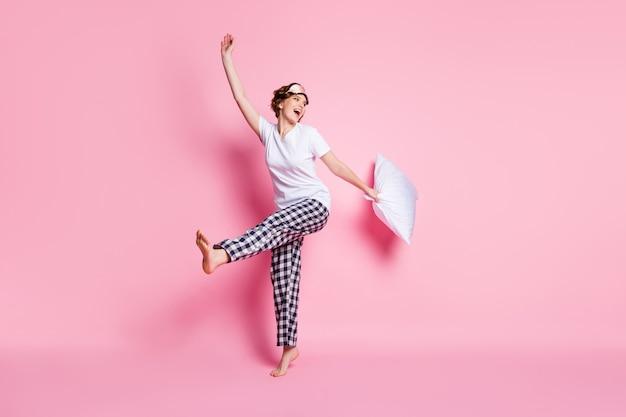 Foto in voller länge von lustigen dame erhöhen kissen genießen pyjamaparty