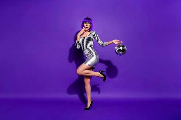 Foto in voller länge von niedlichen beeindruckten person schreien unglaubliche tragen brillen brillen halten spiegelkugel isoliert über lila violetten hintergrund