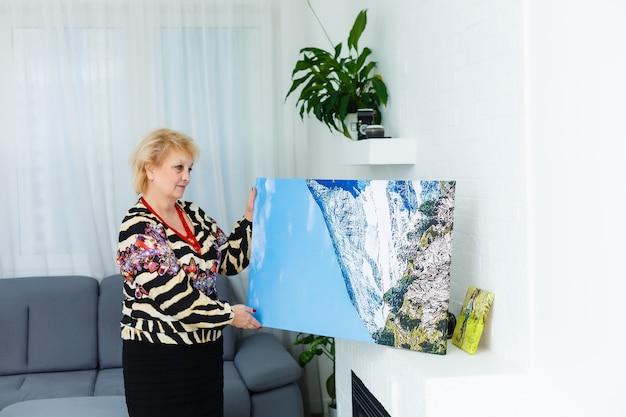 Foto-leinwand. blonde ältere frau, die sich beim fotografieren motiviert fühlt