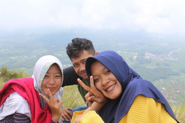 Foto vom gipfel des berges mit freunden