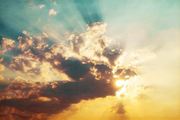Foto von abstrakten natur hintergrund - himmel mit wolken im sonnenuntergang, vintage-filter-effekt
