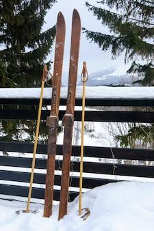 Foto von alten hölzernen skiern der weinlese auf der terrasse eines landhauses