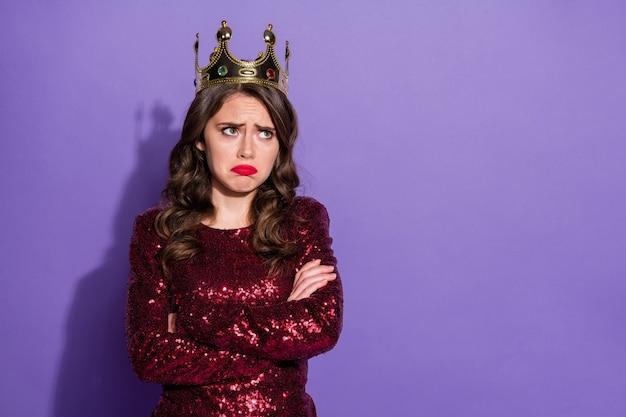 Foto von beleidigter prinzessin dame verliert abschlussballkönigin status krone arme verschränkt