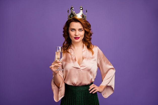Foto von charmanter hübscher dame mit sektglas