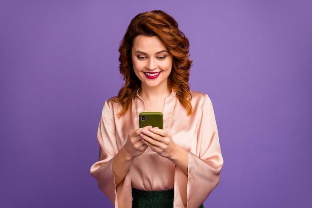 Foto von charmanter hübscher schicker dame, die telefongespräche hält