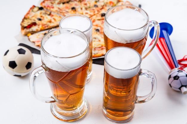 Foto von gläsern mit schaumbier, pizza auf leerem weißem hintergrund