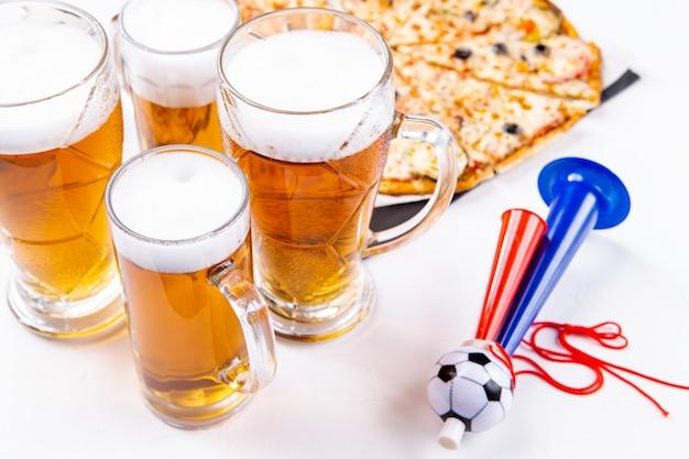 Foto von gläsern mit schaumbier, pizza, pfeifen auf leerem weißem hintergrund