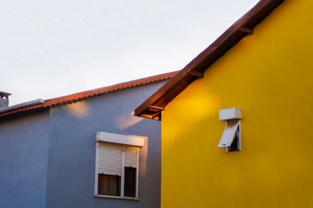 Foto von häusern. städtische landschaft. hintergrund mit häusern. gelbes und blaues haus. sommerhaus.