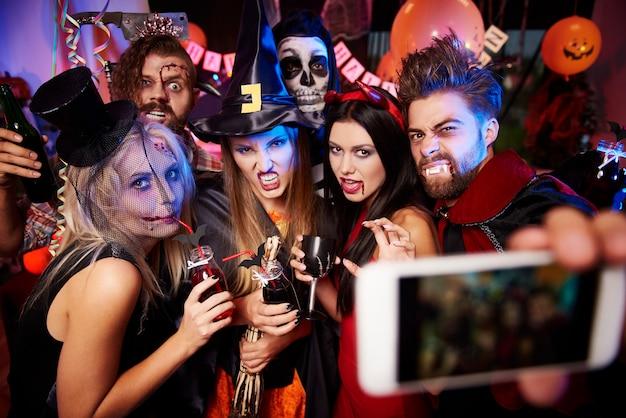 Foto von jungen freunden, die spaß an der halloween-party haben
