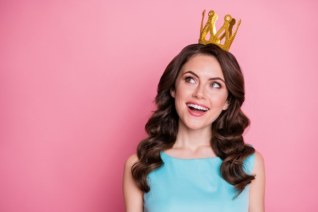 Foto von lustiger schicker dame abschlussball-event-party, die als goldene krone der abschlussball-königin auf dem kopf anerkannt ist