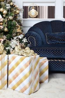 Foto von luxusgeschenkboxen unter weihnachtsbaum