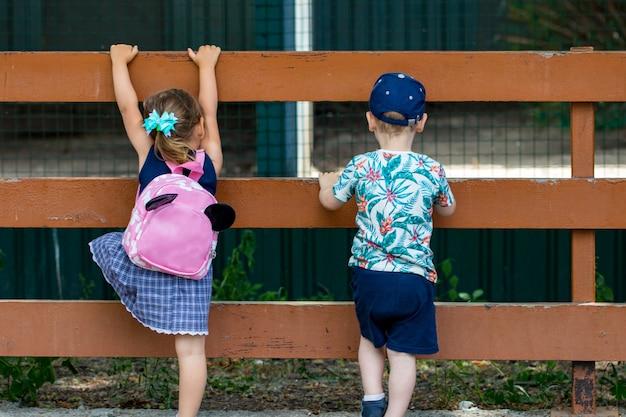 Foto von netten kleinen kindern rückansicht.
