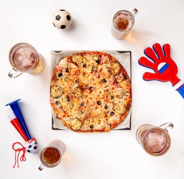 Foto von oben von gläsern mit bier, pizza, pfeifen auf leerem weißem hintergrund