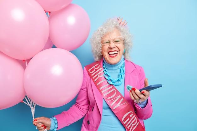 Foto von positiver überglücklicher oma, die über etwas lacht, hat spaß auf der geburtstagsfeier