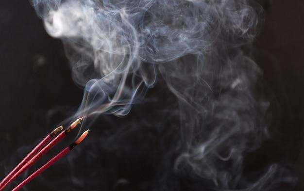 Foto von rauch, der durch verschiedene räucherungen verursacht wurde