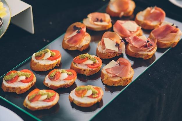 Foto von snacks auf einem buffet-banketttisch kalte snack-gerichte