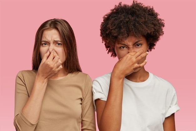 Foto von zwei multiethnischen frauen haben ekelhaften blick