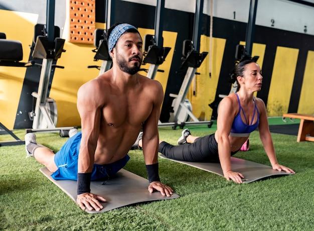 Foto von zwei personen, die gymnastikübung tun. gesunde lebensübung