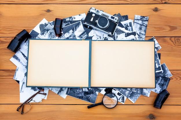 Fotoalbum mit einer retro-kamera auf dem tisch