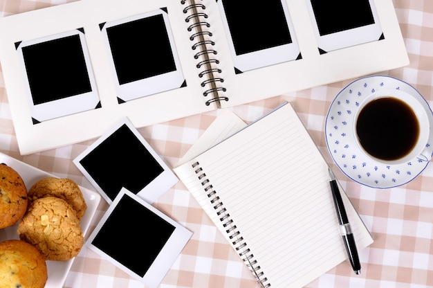 Fotoalbum mit kaffee und notizbuch