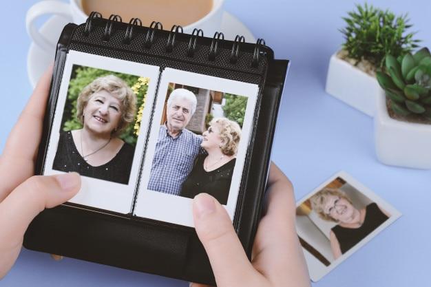 Fotoalbum mit sofortigen fotos des älteren paares