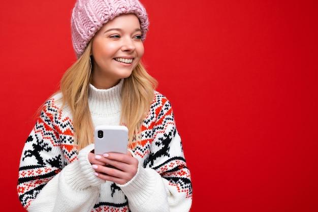 Fotoaufnahme einer attraktiven, gut aussehenden jungen frau, die ein lässiges, stilvolles outfit trägt