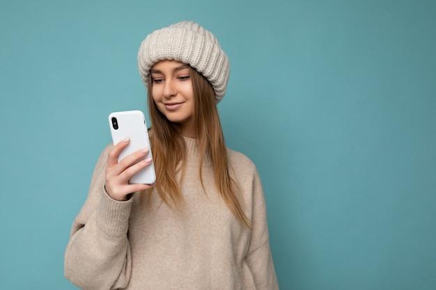 Fotoaufnahme einer attraktiven, gut aussehenden jungen frau in einem lässigen, stilvollen outfit