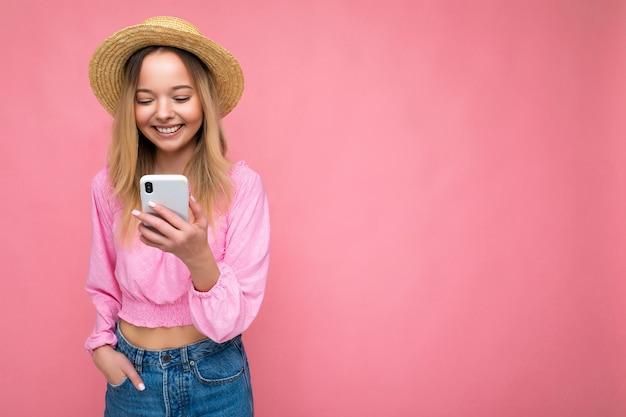 Fotoaufnahme einer attraktiven positiven gut aussehenden jungen frau, die lässiges stilvolles outfit trägt