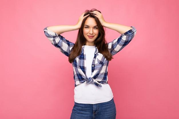 Fotoaufnahme einer süßen, charmanten, wunderschönen, attraktiven, hübschen jungen frau, die glücklich ist