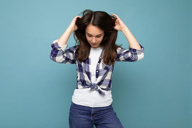Fotoaufnahme einer süßen, charmanten, wunderschönen, attraktiven, hübschen jungen frau, die stilvolle kleidung trägt, die auf buntem hintergrund mit kopienraum isoliert ist.