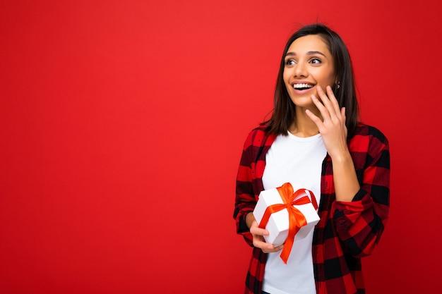 Fotoaufnahme einer ziemlich positiv überraschten jungen brunetfrau
