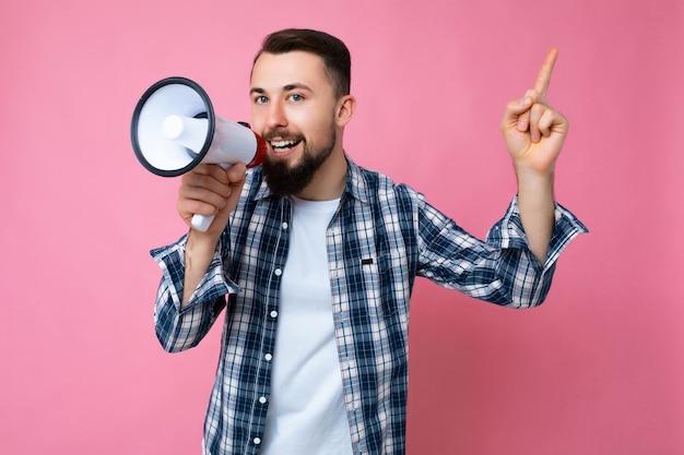 Fotoaufnahme eines jungen, gutaussehenden, glücklich lächelnden brunet-mannes mit bart mit aufrichtigen emotionen