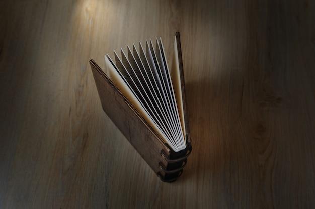 Fotobuch auf einer holzoberfläche