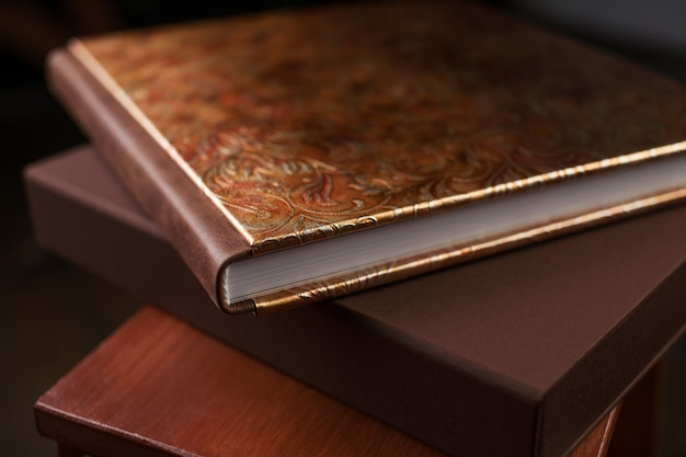 Fotobuch mit einem einband aus echtem leder. braune farbe mit dekorativer prägung. dunkel.