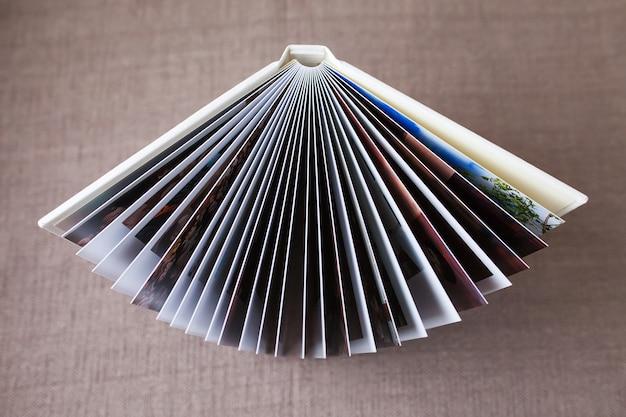 Fotobuch mit einem umschlag aus echtem leder, draufsicht