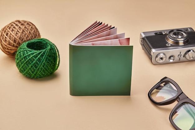 Fotobuch mit grünem umschlag, alte weinlesekamera
