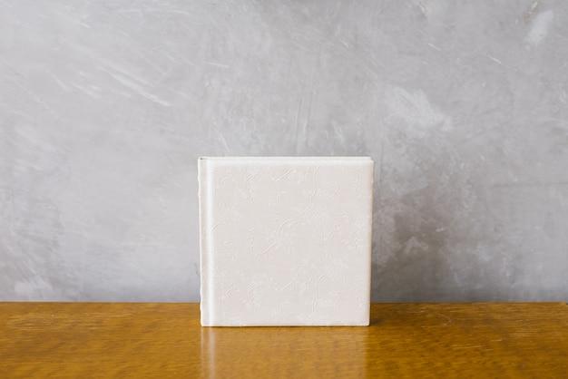 Fotobuch mit weißem ledereinband, hochzeits- oder familienfotoalbum