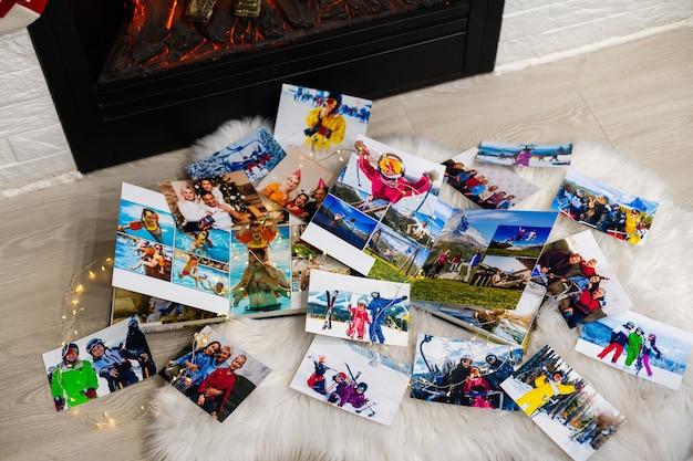 Fotobücher liegen zu weihnachten am kamin