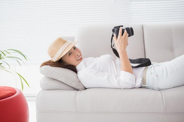 Fotoeditor, der ihre kamera betrachtet