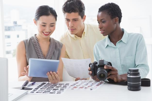 Fotoeditoren, die am schreibtisch zusammenarbeiten