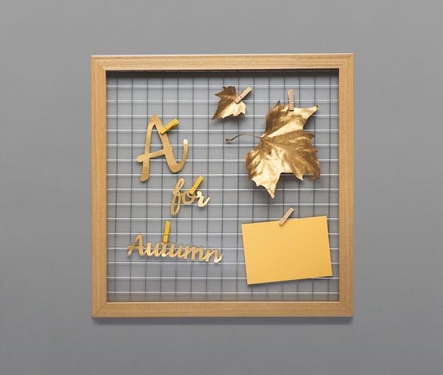 Fotogittertafel mit goldenen herbstblättern, text