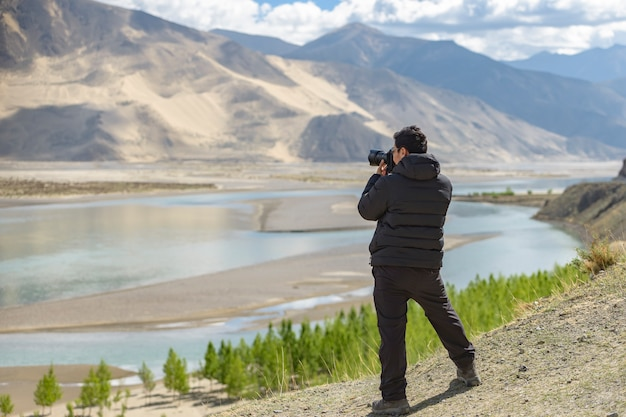 Fotograf am ufer des heiligen sees nam-tso