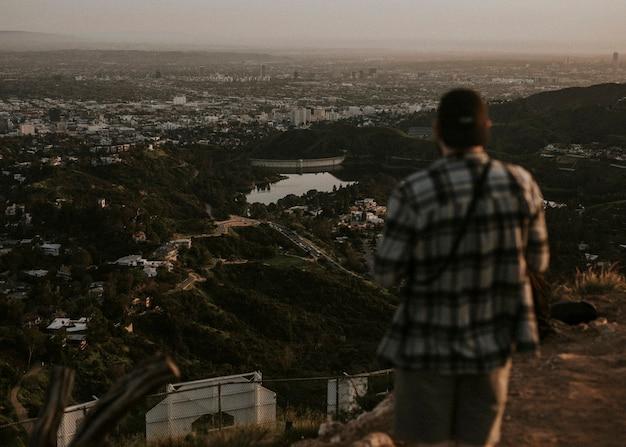 Fotograf an einem aussichtspunkt in den hollywood hills