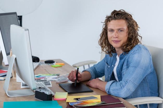 Fotograf arbeitet an seinem schreibtisch im büro