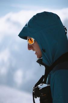 Fotograf beim wandern auf den chamonix-alpen in frankreich