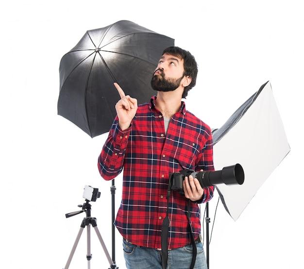Fotograf denken über weißem hintergrund