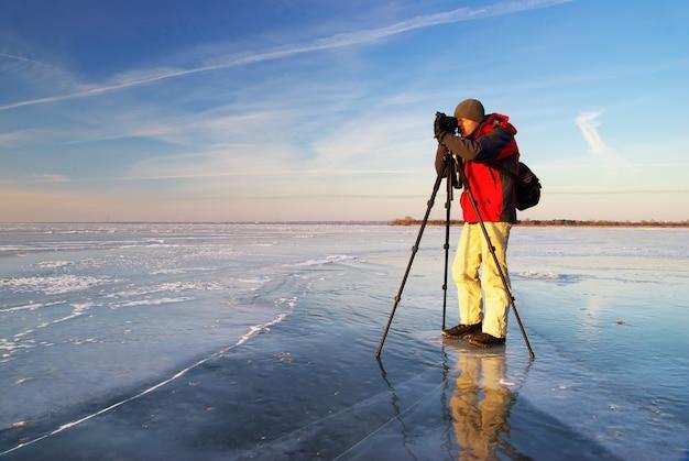 Fotograf, der an einem strand arbeitet